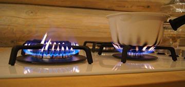 Конфорка варочной панели коптит и пахнет газом